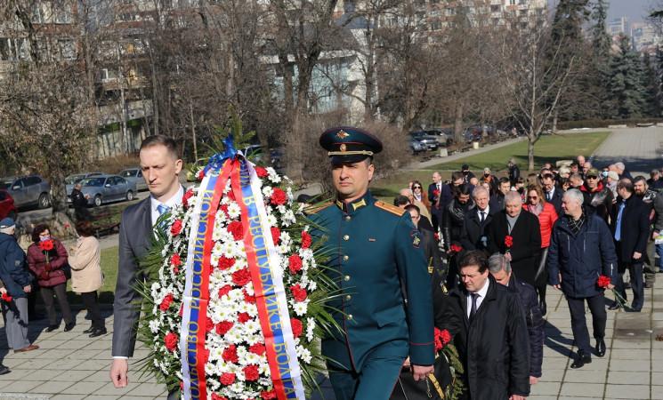 В София се състоя поднасяне на цветя и венци на паметника на Съветската армия и на костницата в квартал Лозенец