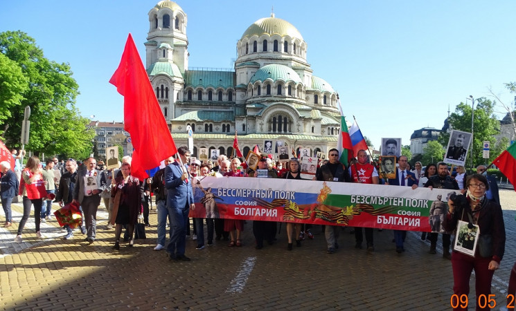 """Стотици души взеха участие в акцията """"Безсмъртният полк"""" в София"""