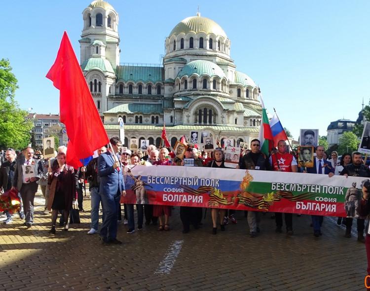 """Сотни человек приняли участие в акции """"Бессмертный полк"""" в Софии"""